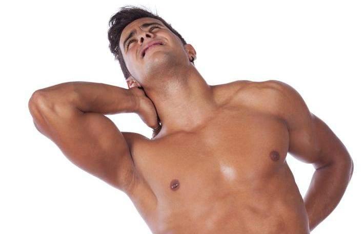 спортсмен с рукой на шее