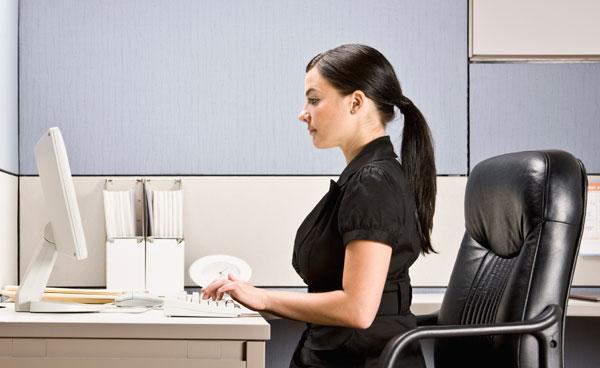 девушка сидит за компьютером