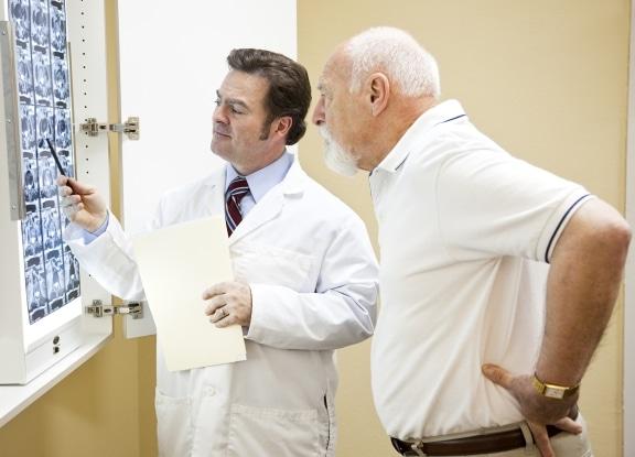 врач с больным